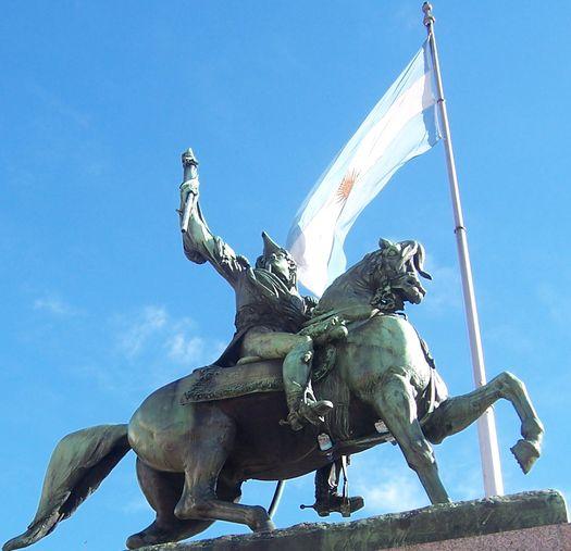 belgrano-manuel-estatua-bandera