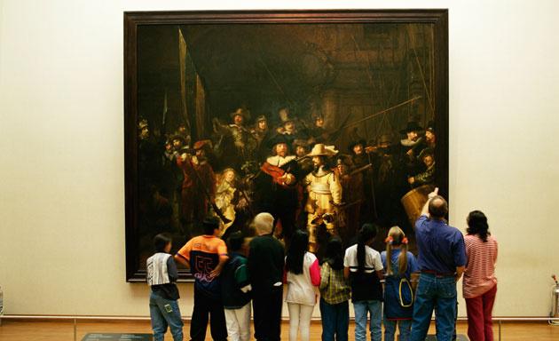 un_grupo_de_visitantes_observa_un_cuadro_de_rembrandt_en_el_rijksmuseum_2163_630x